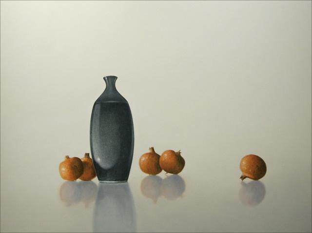 Hoofdfoto Vijf granaatappels met donkere vaas in lichte atmosfeer